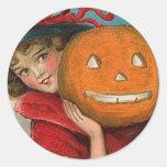 Chica de Halloween del vintage y una calabaza Pegatina Redonda