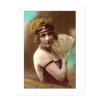 chica de la aleta en púrpura con una fan postal