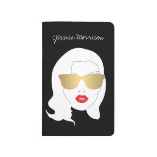 Chica de la belleza con el diario personalizado cuadernos