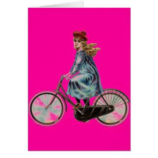 Chica de la bicicleta del vintage en el rosa de ne tarjeta de felicitación
