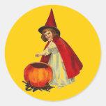Chica de la bruja de Halloween del vintage Etiquetas Redondas