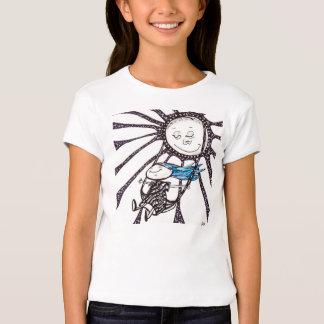 Chica de la camiseta de los chicas en un playeras