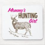 Chica de la caza de la mamá alfombrilla de raton