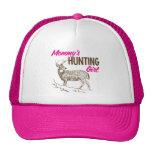 Chica de la caza de la mamá gorras