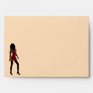 Chica de la diva en sobre rojo de la tarjeta de