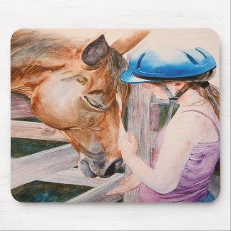 Chica de la equitación y su amante del animal del  alfombrilla de ratón