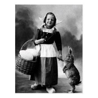 Chica de la foto de Pascua del vintage con el cone Postal