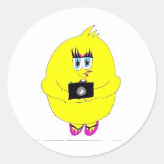 Chica de la fotografía del polluelo del tecleo pegatina redonda