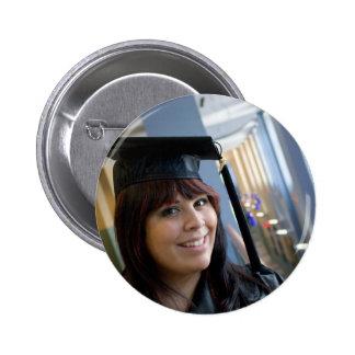Chica de la graduación en casquillo y vestido pin redondo de 2 pulgadas