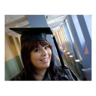 Chica de la graduación en casquillo y vestido tarjeta postal