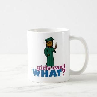 Chica de la graduación en verde taza básica blanca