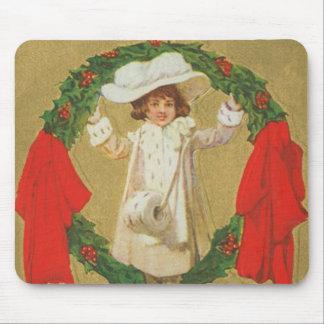 Chica de la guirnalda del navidad del vintage alfombrillas de ratón