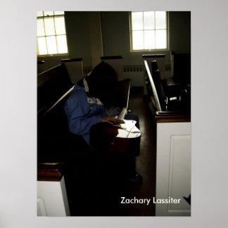 Chica de la guitarra en banco de la iglesia posters