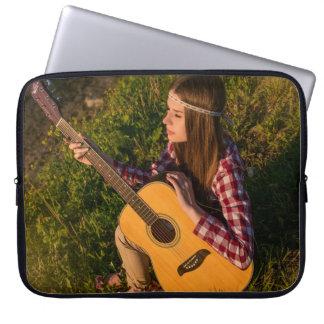 Chica de la guitarra en la manga del ordenador mangas portátiles