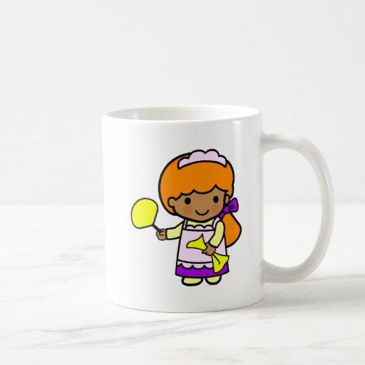 Chica de la limpieza tazas de café