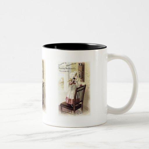 Chica de la máquina de coser del hogar en el teléf taza de café