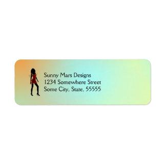 Chica de la moda en etiquetas rojas del remite del etiqueta de remitente
