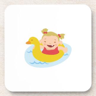 Chica de la natación posavasos de bebida