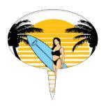 Chica de la persona que practica surf figura de tarta