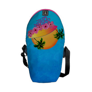 Chica de la persona que practica surf bolsas messenger