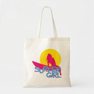 Chica de la persona que practica surf bolsas
