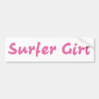Chica de la persona que practica surf etiqueta de parachoque