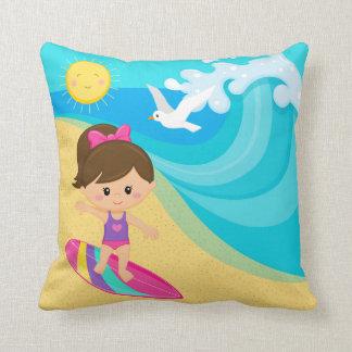 Chica de la persona que practica surf almohadas