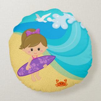 Chica de la persona que practica surf cojín redondo