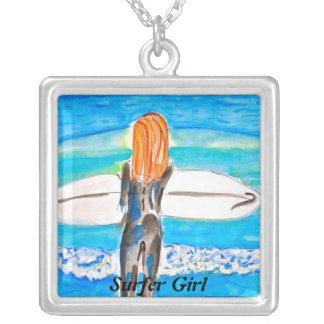 Chica de la persona que practica surf colgante cuadrado