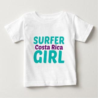 Chica de la persona que practica surf de Costa Playera De Bebé