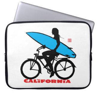 Chica de la persona que practica surf de fundas computadoras