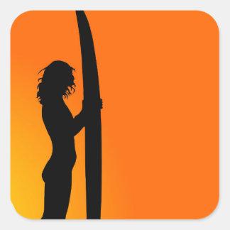 Chica de la persona que practica surf de la puesta pegatinas cuadradases personalizadas