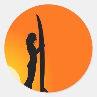 Chica de la persona que practica surf de la puesta pegatina redonda
