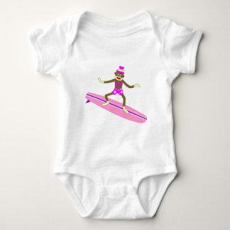 Chica de la persona que practica surf del mono del tshirt