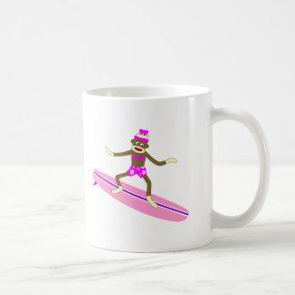 Chica de la persona que practica surf del mono del tazas