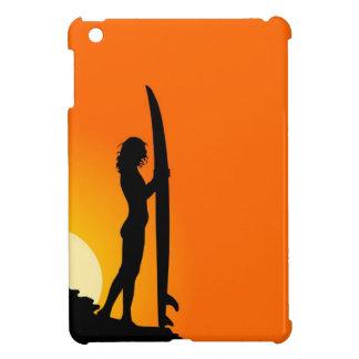 Chica de la persona que practica surf en la puesta