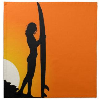 Chica de la persona que practica surf en la puesta servilletas de papel