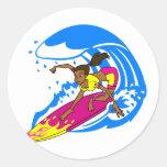 Chica de la persona que practica surf etiquetas