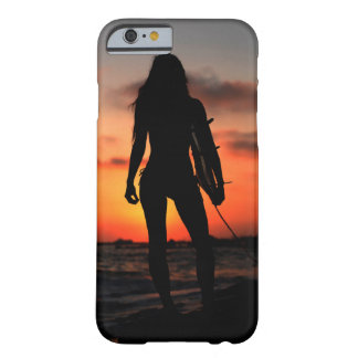 Chica de la persona que practica surf funda barely there iPhone 6