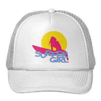 Chica de la persona que practica surf gorras de camionero