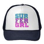 Chica de la persona que practica surf gorro