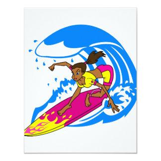 Chica de la persona que practica surf comunicados