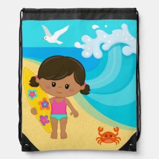 Chica de la persona que practica surf mochila