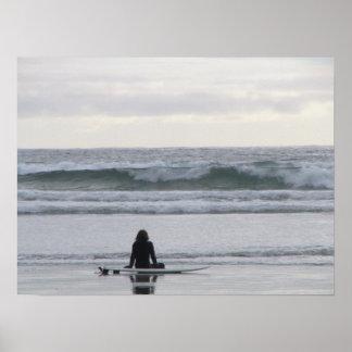 Chica de la persona que practica surf poster