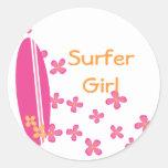 Chica de la persona que practica surf etiqueta redonda