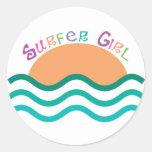 Chica de la persona que practica surf pegatinas redondas