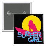 Chica de la persona que practica surf pin cuadrado