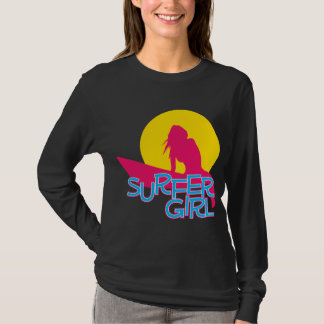 Chica de la persona que practica surf playera
