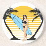 Chica de la persona que practica surf posavasos cerveza