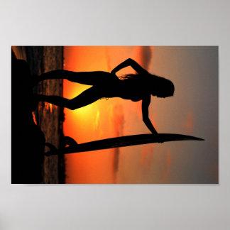 Chica de la persona que practica surf póster